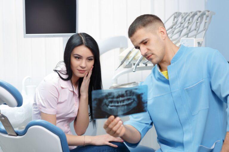 Diagnostyka RTG - Dentysta pokazuje pantomogram