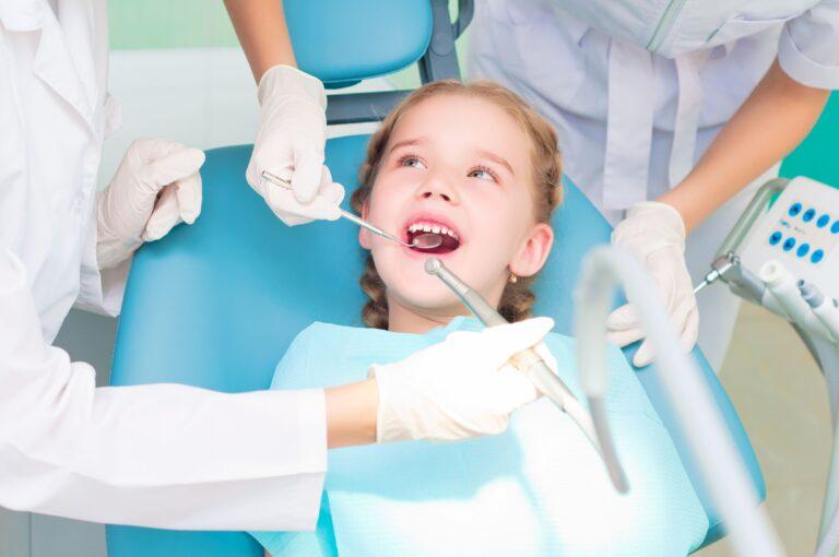Sedacja wziewna - uśmiechnięta dziewczynka w czasie zabiegu stomatologicznego